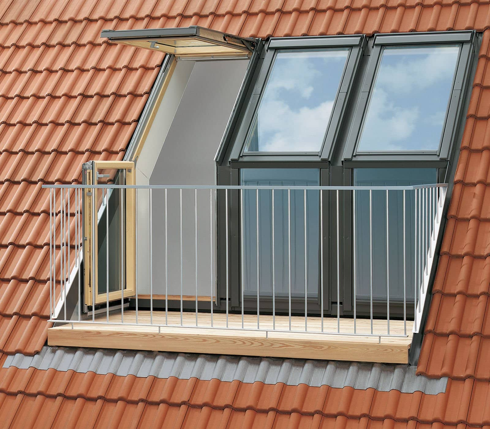 What is the difference between a balcony and a roof terrace for Terrace with roof